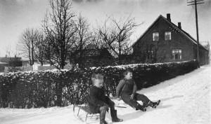 Henning Lasthein og Gert Berg på kælk foran Brugsen. 1933