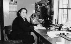 Andrea Larsen på kontoret