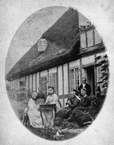 Pastor Wiberg med familie foran præstegården i Jordløse