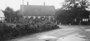 Bystævnet ses til højre foran den gamle smedie i Trunderup 1930'erne.