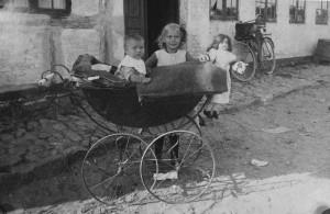 Børge og Ellen, børn af Niels og Dorthea Hansen foran familiehuset. 1924