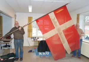 Thorkild Rasmussen og Ida Grønberg fra bestyrelsen med fanen i arkivets nye lokaler.